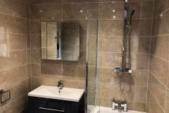 Black-gloss-vanity-unit-and-bath-shower